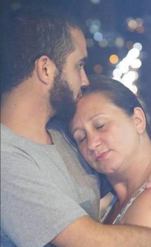 André, 27, e sua mãe, Brígida