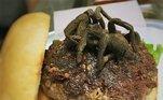 """Para quem tem pavor de aranha, essa refeição não é uma boa ideia. Com uma tarântula assada, a hamburgueria Bull City, nos Estados Unidos, deu o que falar. O prato faz parte do menu especial do """"Mês da Carne Exótica"""", uma festividade criada pelo próprio restaurante que também apresenta insetos e carnes de jacaré, iguana, cobra e tartaruga. Por causa da quantidade limitada de tarântulas, quem quisesse provar o hambúrguer teria de disputar com outros interessados por meio de uma rifa no valor de 30 dólares"""