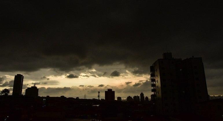 Dia vira noite antes de chuva forte na zona norte de São Paulo