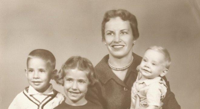 Diamond com 3 de seus filhos (ela teria mais uma filha mais tarde) conciliava a vida familiar com pesquisas e aulas