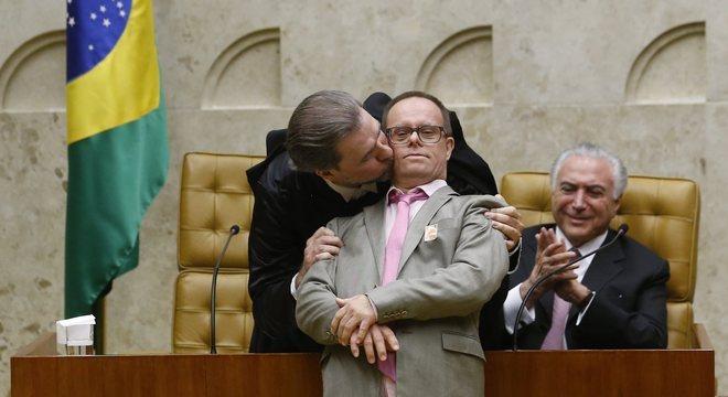 José Eduardo, irmão de Dias Toffoli, quebra o protocolo durante cerimônia