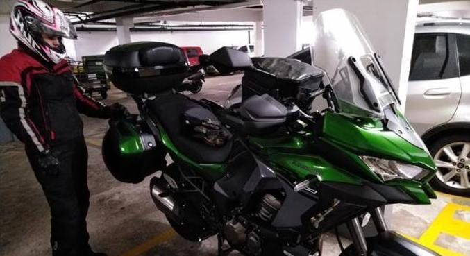 Garupa deve estar tão equipado quanto o piloto. Equipamento aumenta o conforto para viajar de motocicleta