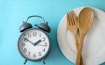 Reestabelecer a rotina alimentar sem furos no meio do dia: café da manhã, lanche da manhã, almoço, lanche da tarde e jantar. Sem mais