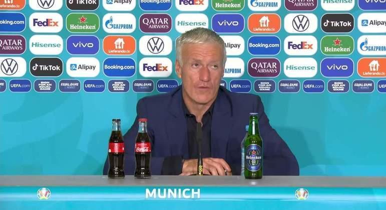 Didier Deschamps, treinador da França, com as garrafas de Coca e da Heineken à sua frente