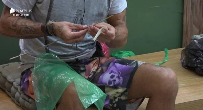 Um dos passatempos preferidos de Diego Grossi é fazer pipas para soltar