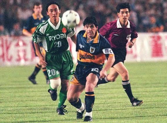 """Diego Maradona: Recém falecido, o craque argentino também teve uma aposentadoria provisória. Em 1993, quando jogava pelo Newell's Old Boys, """"Dios"""" pendurou as chuteiras. Dois anos depois, voltou aos gramados para vestir a camisa do Boca Juniors, onde ficou até 1997."""