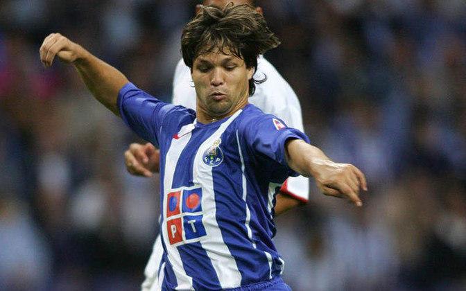 DIEGO - Outro brasileiro campeão da Champions de 2004 pelo Porto foi o meia Diego, hoje no Flamengo. Chegou com status de substituto de Deco e conquistou o título mundial diante do Once Caldas da Colômbia em 2004. Mas entregou menos do que esperava dele. Mesmo assim tem lugar de destaque.