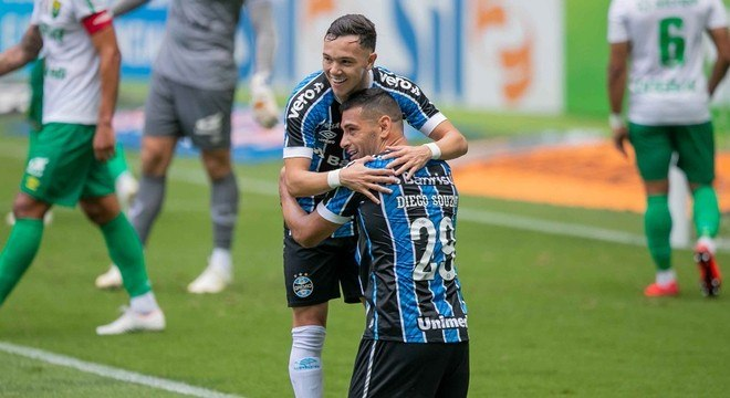 Diego Souza comemora com Pepê um de seus gols na vitória do Grêmio