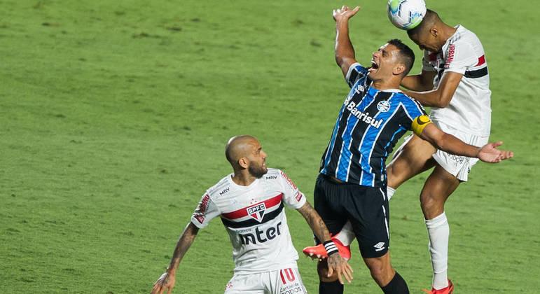 Diego Souza, único homem à frente do Grêmio. Segurou a zaga são paulina. Ótima atuação