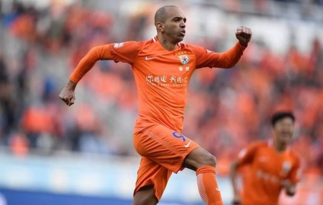 Diego Tardelli - há quatro temporadas no Shandong Luneng