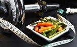 Além dessas dicas, a nutróloga recomenda: não coma tarde da noite, coma mais proteína, pegue alguns pesos, faça algumtreino intervalado de alta intensidade, hidrate-se constantemente, fique de olho no seu déficit de calorias e consulte um especialista