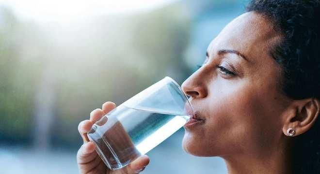 Beber água evita dores de cabeça, o primeiro sintoma de desidratação
