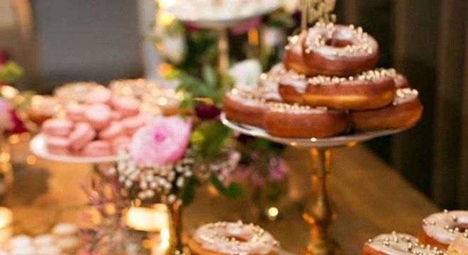 diferentes modelos de pratos de doce para mesa de guloseimas com donuts