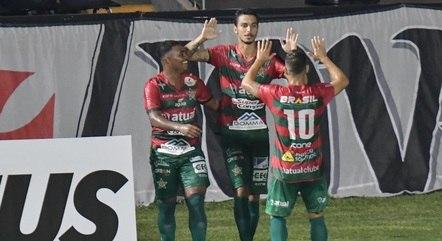Dilsinho comemora gol da Portuguesa contra o Vasco