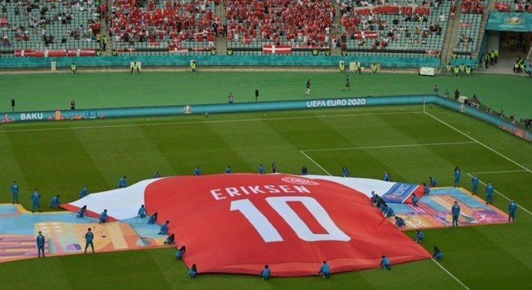 No gramado de Baku, a homenagem a Christian Eriksen