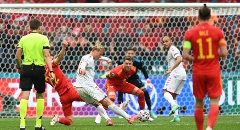 O momento do arremate no primeiro gol de Dolberg