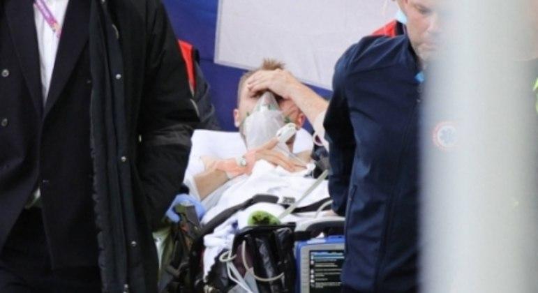 Christian Eriksen deixou o gramado com sinais de consciência