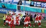 Os dois times saíram do campo com os oficiais segurando lençóis para esconder Eriksen. O jogo válido pela Eurocopa foi suspenso