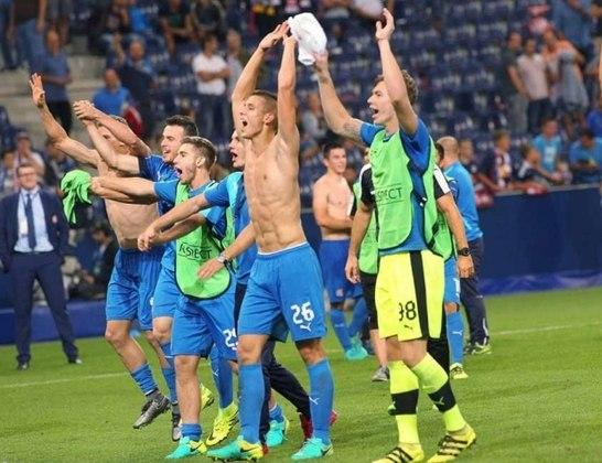 Dínamo Zagreb - 11 títulos consecutivos do Campeonato Croata: 2005/2006 até 2015/2016