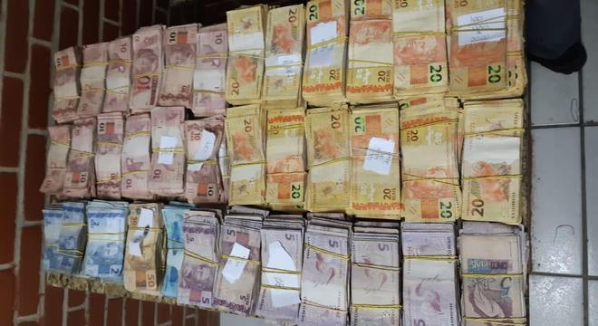 PMs abordam carro e descobrem mais de R$ 100 mil escondidos em São Paulo