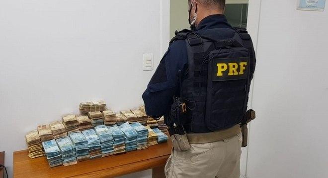 R$ 998.580,00 apreendidos na tarde deste domingo (16) pela PRF