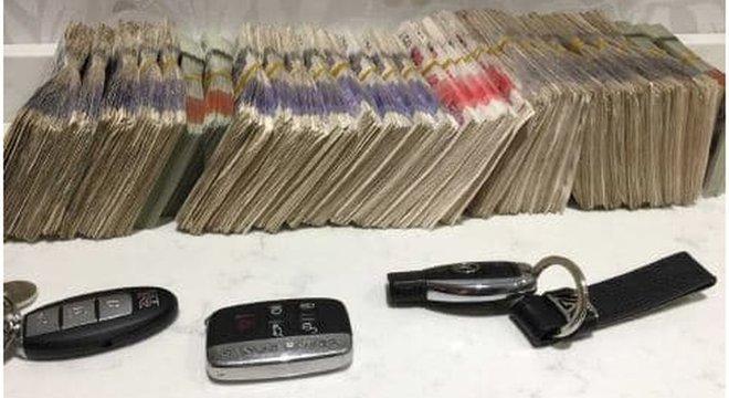 Dinheiro em espécie e chaves de carros de luxo foram apreendidas nas casas dos brasileiros pela polícia de Londres