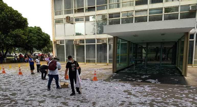 Material foi espalhado em frente ao Ministério da Economia