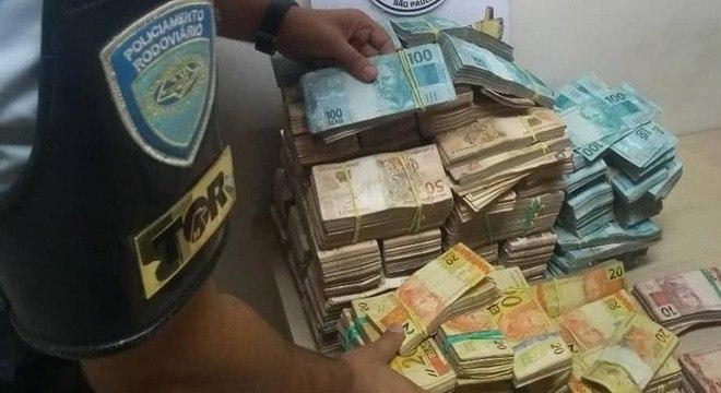 Dinheiro foi apreendido na rodovia Castelo Branco, na altura de Porangaba (SP)