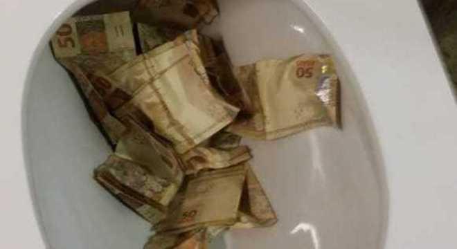 Dinheiro encontrado na privada na casa de Mateus Moura