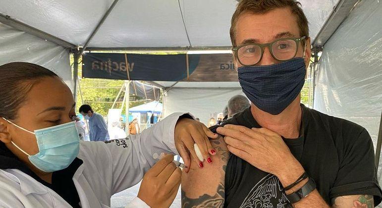 Dinho Ouro Preto rece 1ª dose da vacina contra a covid-19