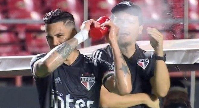 Água no rosto do treinador. Luciano não suportou as provocações do treinador
