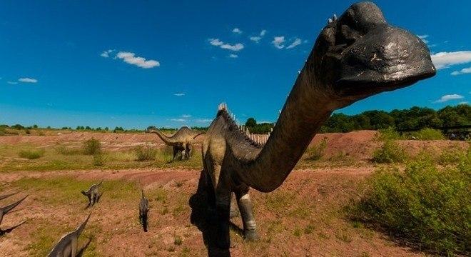 Dinossauro pescoçudo provavelmente andava mancando sobre as quatro patas
