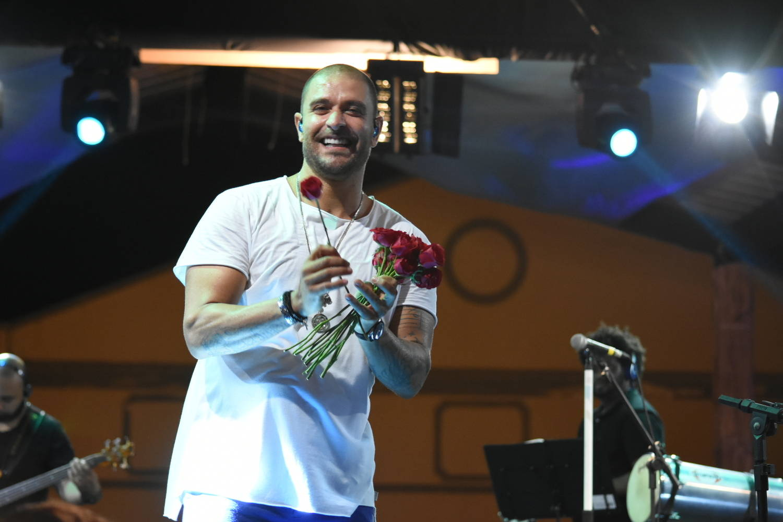 Cantor distribuiu flores para o público em show