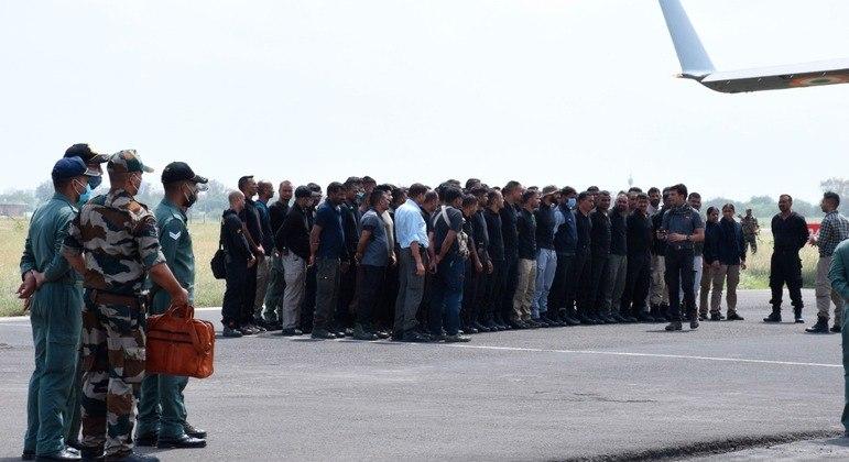Diplomatas e cidadãos indianos pousaram em uma base aérea do país nesta quarta-feira (18)