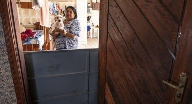 Dirce Soares e a cadela Judite têm traumas por causa das fortes chuvas