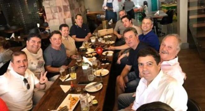 Alvimar Perrella, à direita e de camisa preta, se reúne com dirigentes do Cruzeiro