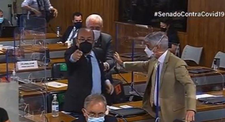 Os senadores precisaram ser acalmados pelos colegas que também participavam da reunião