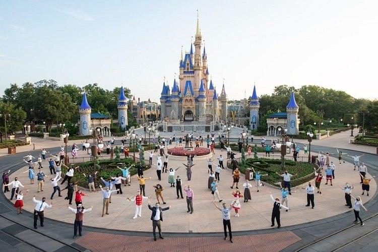 Funcionários e elenco posam na reabertura do Magic Kingdom