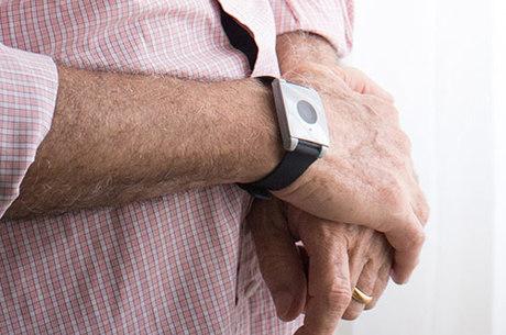 Dispositivo no pulso está conectado a uma central