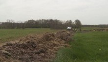 Disputa territorial gera mureta de cocô com 76 m de comprimento
