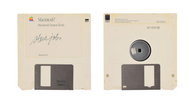 Disquete com autógrafo do Steve Jobs, cofundador da Apple, vale milhares de reais