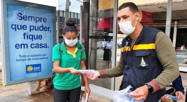 Mesmo com vacinação, cuidados como o uso de máscara e o distanciamento social são essenciais para conter o vírus