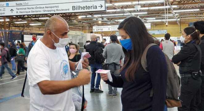 Voluntários do HCor distribuem máscaras em estações do metrô de SP