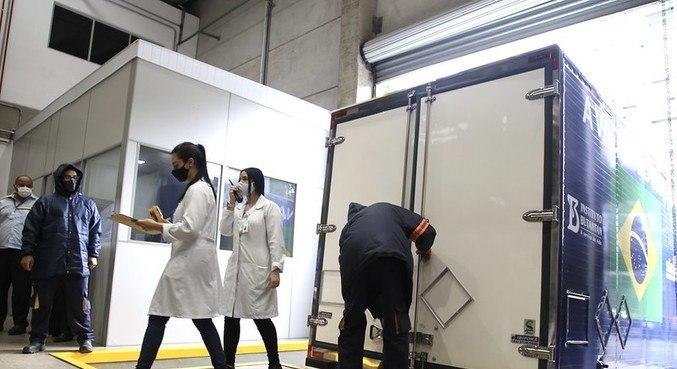 Caminhões saem para distribuição de vacinas em hospitais do interior de SP