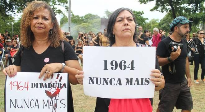 Manifestantes contra ditadura militar se reuniram neste domingo (31)