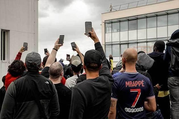 Diversos fãs filmam os cânticos que são entoados pela torcida que está presente no entorno do Parque dos Príncipes