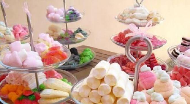 diversos tipos de jujuba para mesa de guloseimas simples