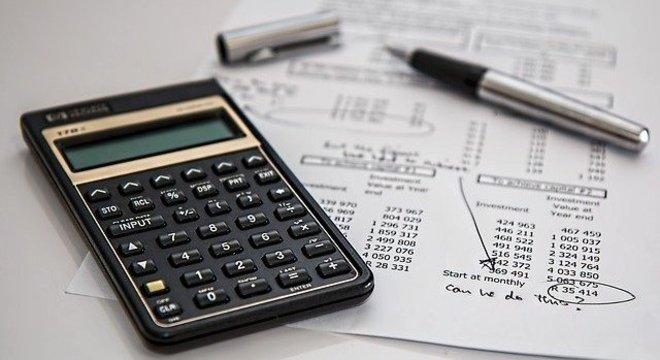 Reduzir cartões de crédito e de contas bancárias ajudam a controlar custos