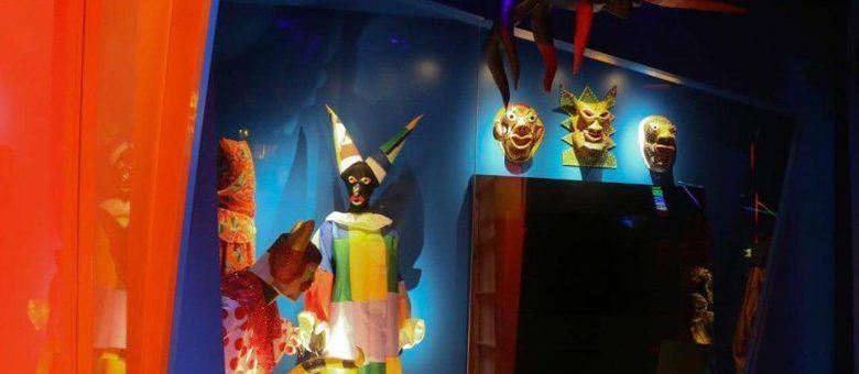 O local expõe maquetes, roupas e instrumentos emprestados por artistas da maior festa de rua do mundo