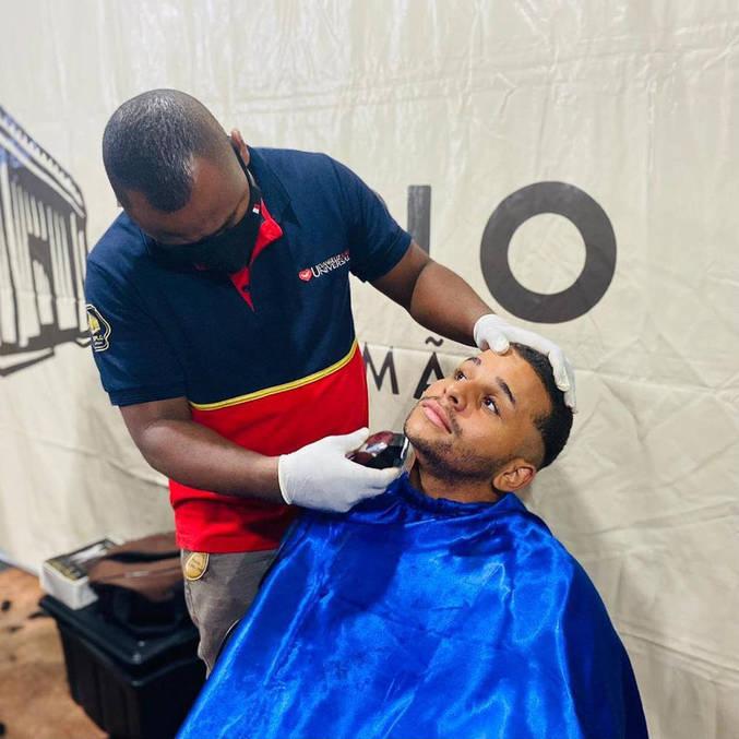 Corte de cabelo está entre uma das atividades do Anjos da Madrugada em várias cidades do país